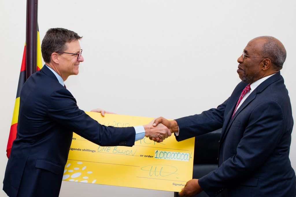 Mr. Rob Shuter, MTN Group President and CEO, hands over MTN Uganda's contribution of UGX 1billion that will go towards management of the Refugee Crisis in Uganda to Rt. Hon. Dr. Ruhakana Rugunda – Prime Minister of Uganda. This was after a meeting held at the Office of the Prime Minister on Tuesday 30th January 2018.