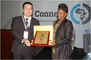 Huawei representative received the award from Ms. Selina Lyimo, Acting Permanent Secretary in the Ministry of Communication, Science, and Technology of Tanzania