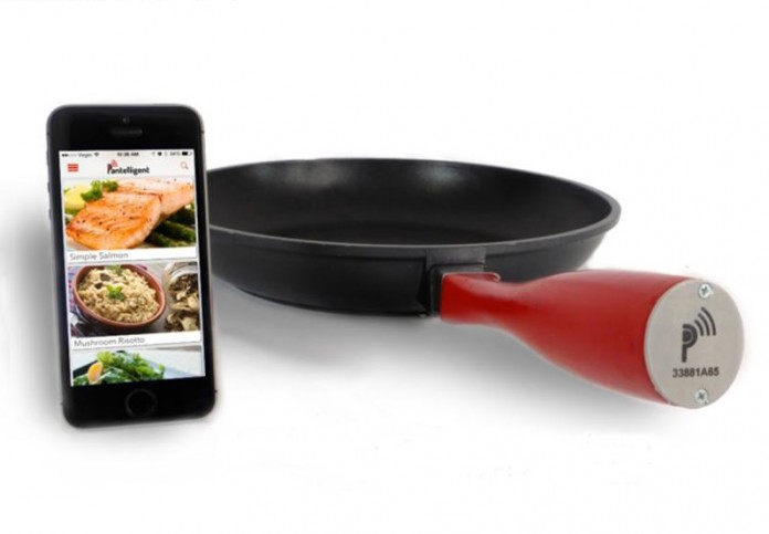 The pan has a central temperature gauge and a Bluetooth-equipped handle that, when it touches your phone, connects to the app.