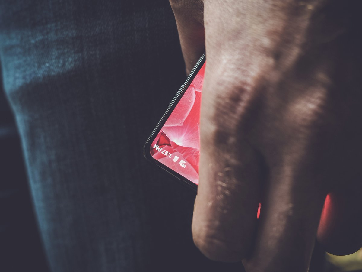 Photo of Andy Rubin Teases a Bezel-Less Android Smartphone