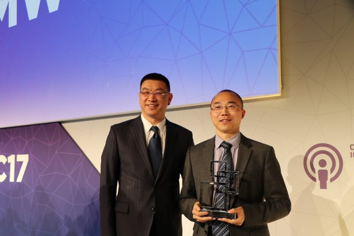 Mr. William Xu, Executive Director of the Board and Chief Strategy Marketing Officer of Huawei (Left) and Mr. Edwin Zhang, Director of Cloud Core Network Marketing Department of Huawei (Right).