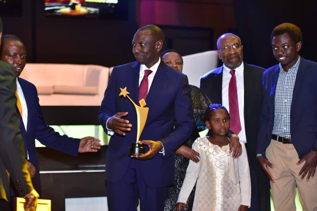 Photo of William Ruto Accepts the 'Life Time Achievement Award' at the 2018 Young Achievers Awards