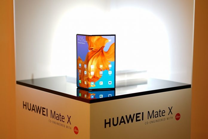 The Huawei Mate X will compete with the Samsung Galaxy Fold   Photo by : KNK/(twitter @knknavi).