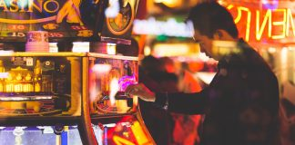 When you compare online casinos and land based casinos you notice that many things are similar | Pexels Photos.